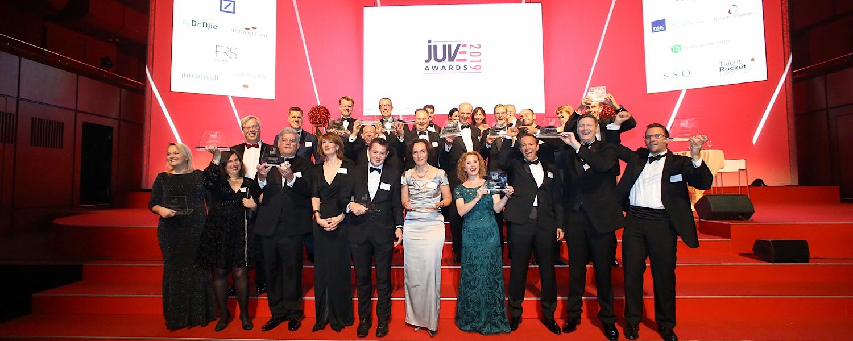 JUVE Awards: Alle Sieger versammelt auf der Bühne